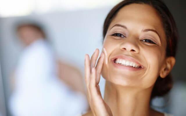 mulher esfoliando o rosto